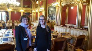 Bjørg og Iselin i salen